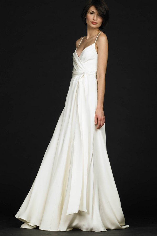 To wear simple wedding dresses in casual or beach weddings is considered as
