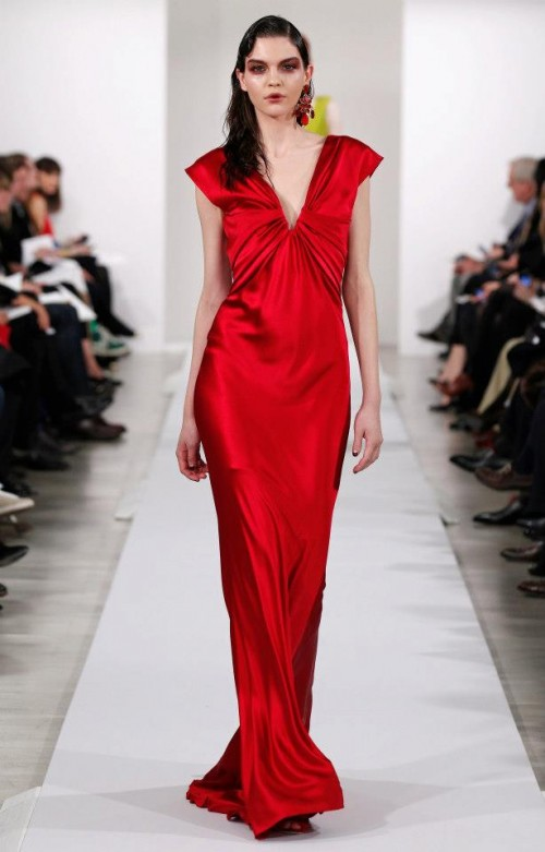 Passion red evening dress for a wedding in 2013 - Photo: Oscar de la Renta