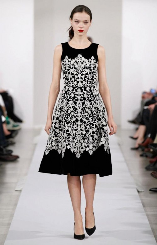 Evening dress black with white tribal inspired motifs - Photo: Oscar de la Renta