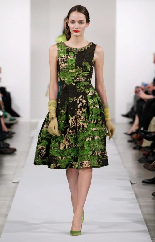 Evening dress with printed on shades of green, coffee and gold - Photo: Oscar de la Renta