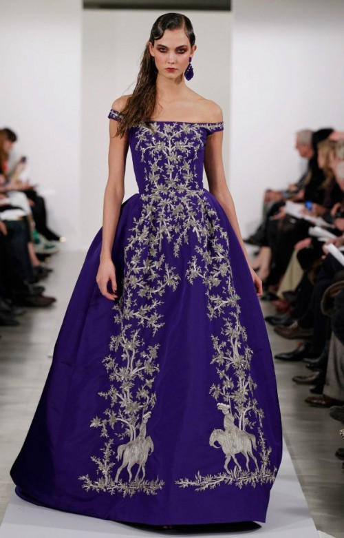 Evening dress with purple motifs - Photo: Oscar de la Renta