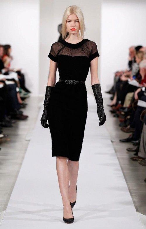 Black evening dress with transparent décolté - Photo: Oscar de la Renta