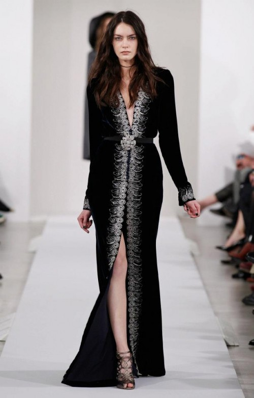 Long black evening dress with crystals - Photo: Oscar de la Renta