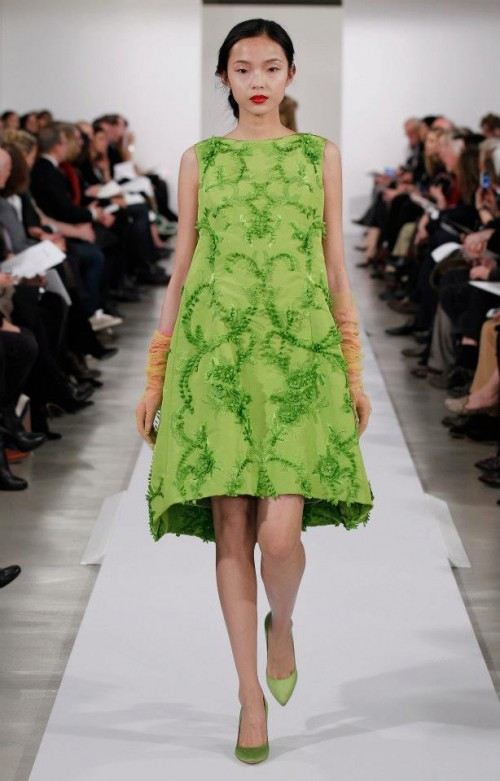 Evening dress color lime green with embroidery in relief - Photo: Oscar de la Renta