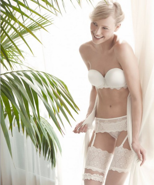 The corselettes draw and outline our figure, garters provide a picelada of eroticism and bras with push-up cups enhance the busto.Imágenes Bridal Lingerie Ivette 2014.