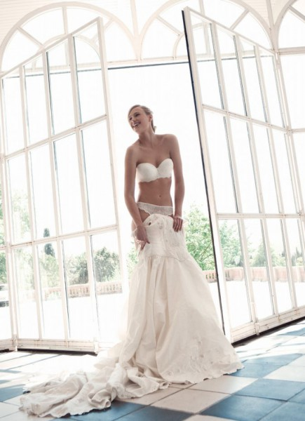 The classic look, the purest and the most accurate lines and released for a perfect bridal lingerie cuts. Images PareraGrupo.